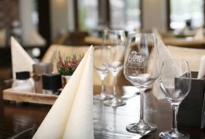 Gedeckter Tisch mit gravierten Gläsern in der Villa Colonial